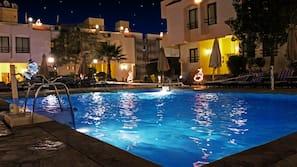 시즌별로 운영되는 야외 수영장, 무료 카바나, 수영장 파라솔