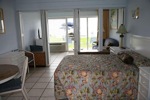 Traders Inn Beach Club 2 5 Out Of 0 Ocean View Featured Image Guestroom