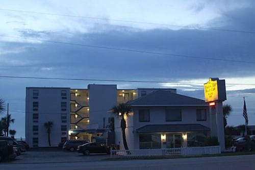 Front of Property - Evening/Night, Traders Inn Beach Club