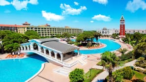 2 piscines extérieures, centre aquatique, parasols de plage