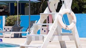 室外泳池;08:00 至 20:00 開放;泳池傘