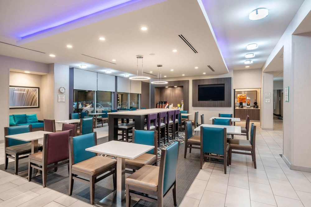 Breakfast Area, La Quinta Inn & Suites by Wyndham Chattanooga - Lookout Mtn