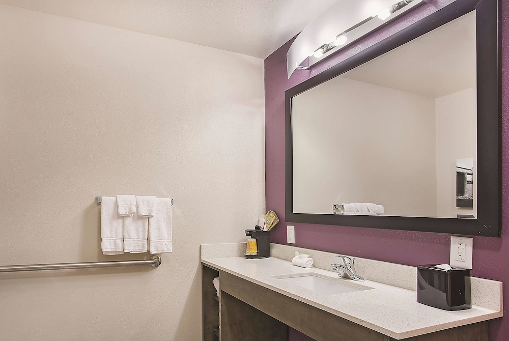 Bathroom, La Quinta Inn & Suites by Wyndham Chattanooga - Lookout Mtn
