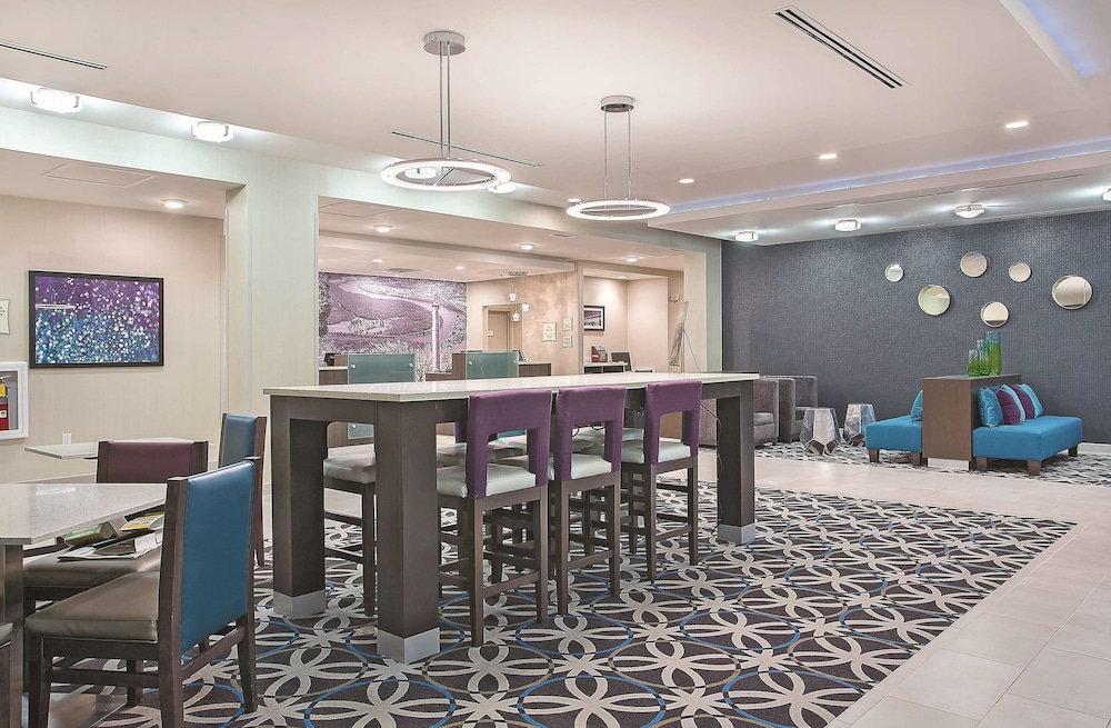 Lobby, La Quinta Inn & Suites by Wyndham Chattanooga - Lookout Mtn