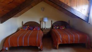 1 dormitorio, edredones de plumas, tabla de planchar con plancha