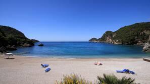 Aan het strand, ligstoelen aan het strand, parasols, duiken