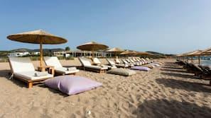Am Strand, Liegestühle, Sonnenschirme, Strandbar