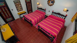 Safe på rommet, strykejern/-brett og gratis barnesenger/babysenger