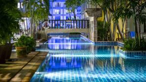3 piscines extérieures, piscine avec cascade, parasols de plage