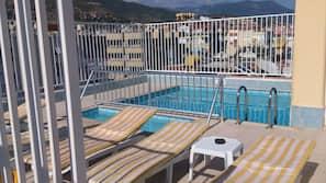 Utomhuspool, pool på takterrassen, parasoller och solstolar