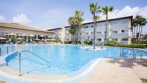 2 binnenzwembaden, 3 buitenzwembaden en parasols bij het zwembad