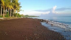 Am Strand, schwarzer Sandstrand, Strandtücher, Sporttauchen
