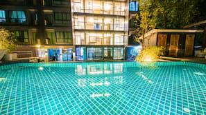 สระว่ายน้ำกลางแจ้ง เปิด 6:00 น. ถึง 21:00 น., ร่มริมสระว่ายน้ำ