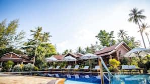 3 hồ bơi ngoài trời, dù/ô trên bãi biển/hồ bơi, ghế dài tắm nắng