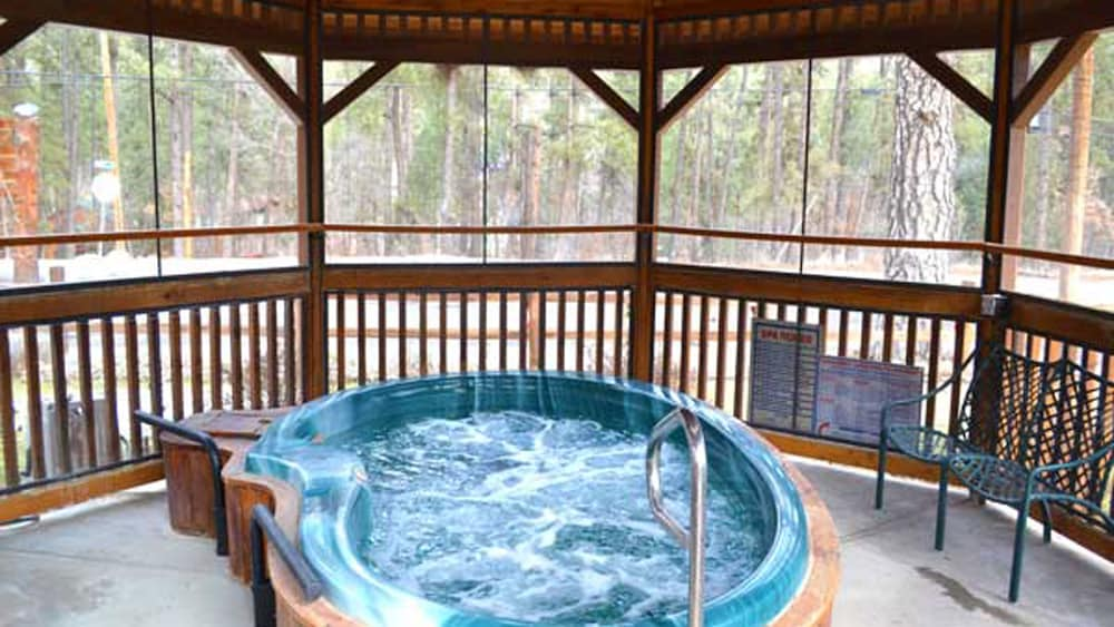 Outdoor Spa Tub, Shadow Mountain Lodge and Cabins