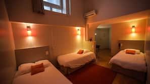 1 間臥室、書桌、窗簾、隔音