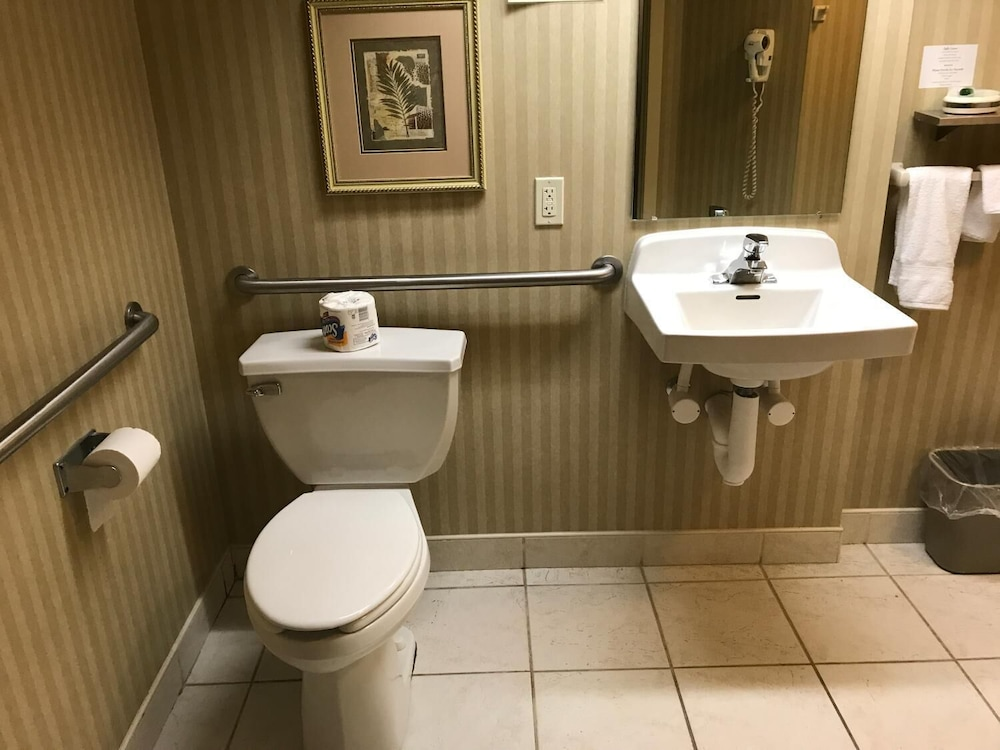 Bathroom, Lititz Inn & Suites
