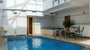 Indendørs pool, åben fra kl. 10.00 til kl. 22.00, liggestole