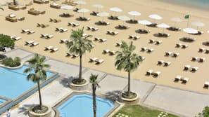 Privatstrand, Liegestühle, Sonnenschirme, Strandtücher
