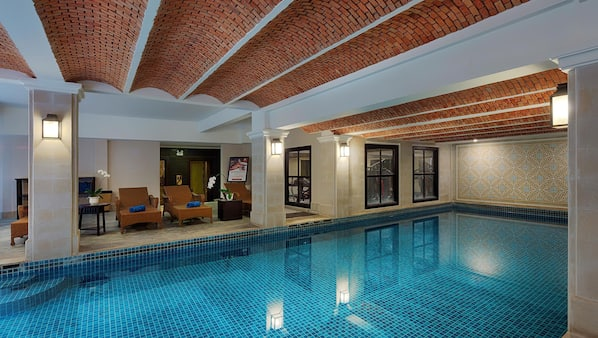 Kolam renang indoor, dengan payung kolam renang dan kursi berjemur