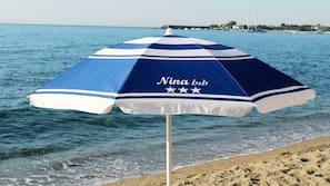 Sulla spiaggia, ombrelloni