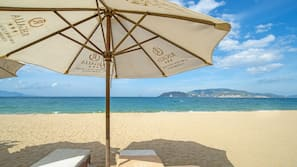 附近的私人海灘、白沙、躺椅、太陽傘