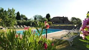 Una piscina al aire libre de temporada