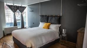 Hochwertige Bettwaren, individuell eingerichtet, Schreibtisch