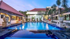 室外泳池;06:00 至 18:00 開放;泳池傘、躺椅