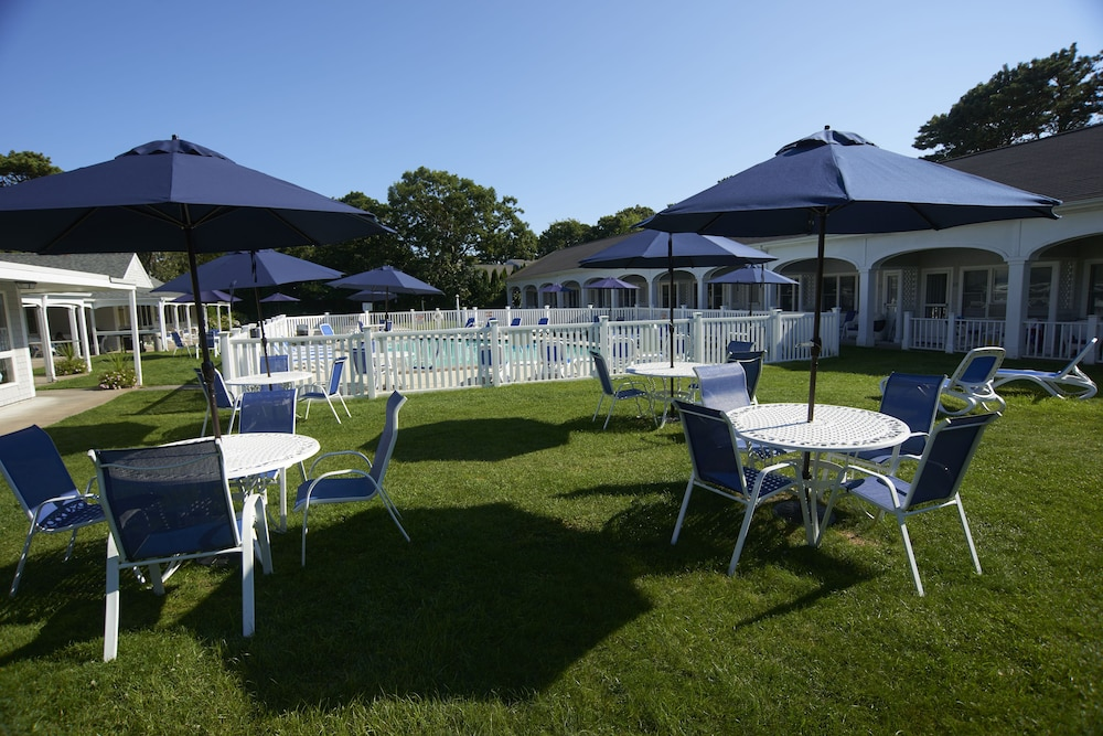 Outdoor Dining, The Commodore Inn