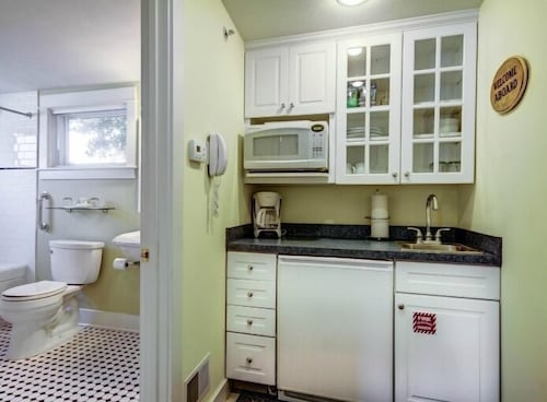 Private Kitchenette, Captain's Cottage Suites