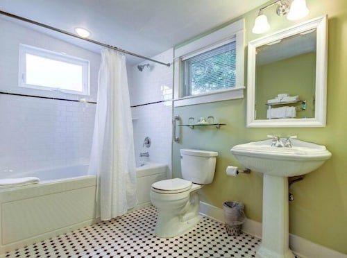 Bathroom, Captain's Cottage Suites