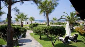 Privat strand, strandtelt (mot et tillegg), solsenger og parasoller