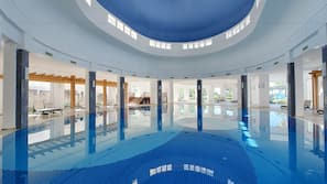 4 innendørsbassenger,8 utendørsbassenger, bassengparasoller og solsenger