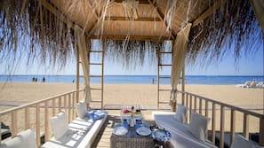 Privatstrand, Cabañas (gegen Gebühr), Liegestühle, Sonnenschirme