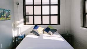 Premium bedding, down duvet, iron/ironing board, free WiFi
