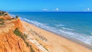 Una spiaggia nelle vicinanze, sabbia bianca