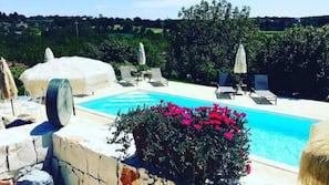 Piscina all'aperto, una piscina in terrazza, ombrelloni da piscina