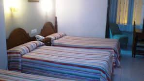 Escritorio, camas supletorias, wifi gratis y ropa de cama