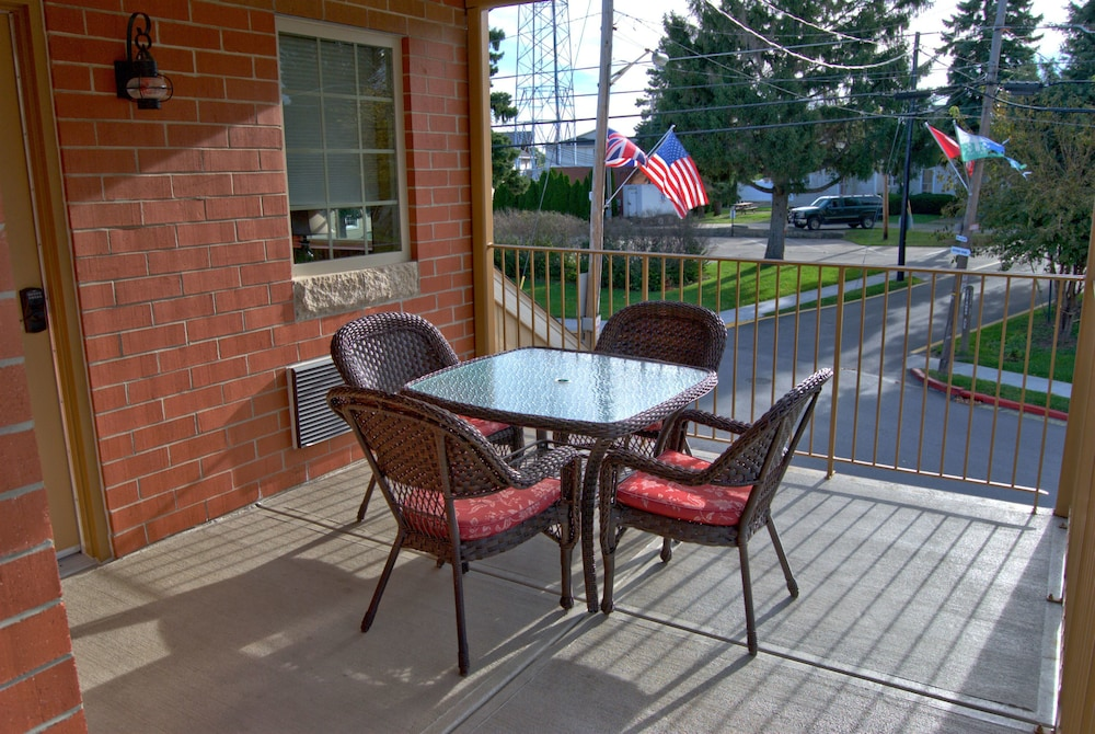 Terrace/Patio, Put in Bay Victory Station Hotel