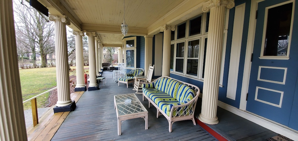 Porch, Saravilla Bed and Breakfast