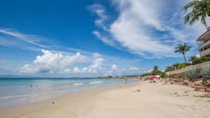 Ubicación a pie de playa, tumbonas y toallas de playa