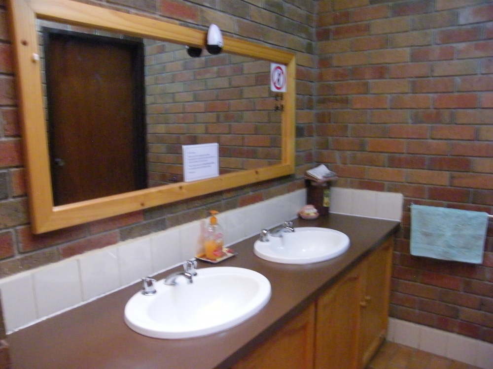 Book boomers guest house hamilton hamilton hotel deals for Z gallerie bathroom guest book