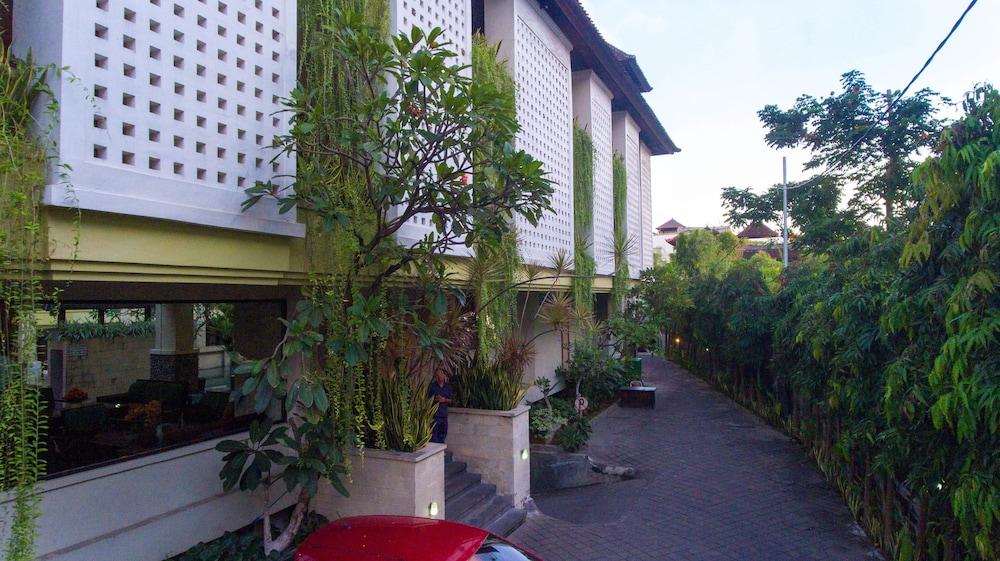 Roses Beach Hotel Bali