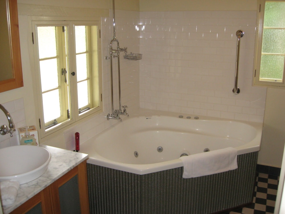 Jetted Tub, Goat Square Cottages