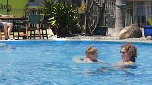 2 個室內泳池、室外泳池
