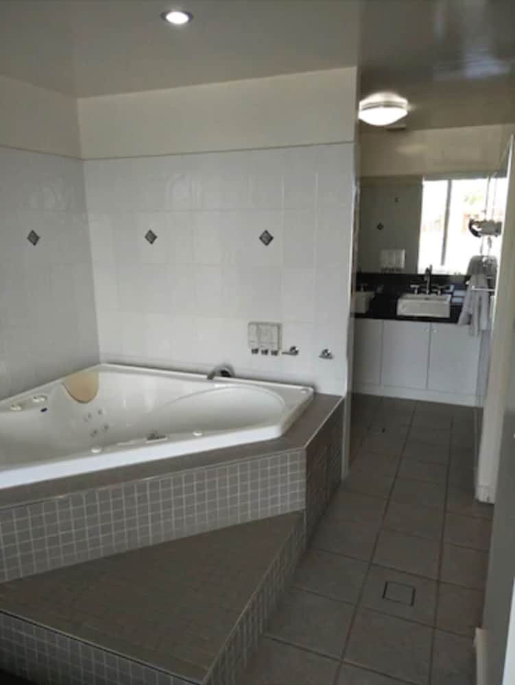 Jetted Tub, Country Roads Motor Inn Dysart