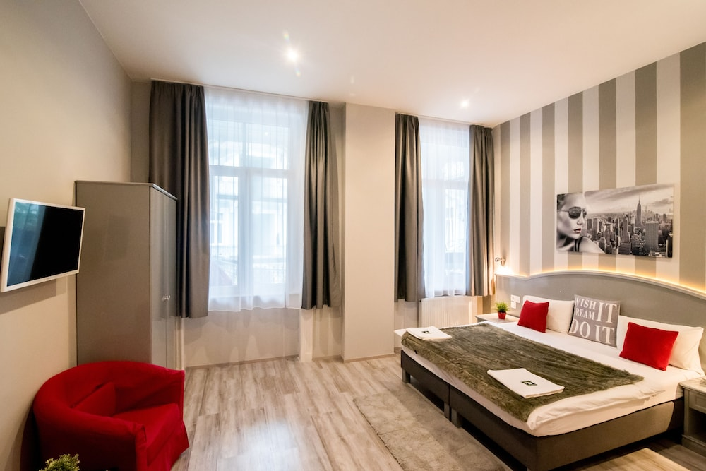 Full moon design hostel budapest in budapest hotel rates for Top design hotels budapest