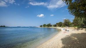 Am Strand, Liegestühle, Sonnenschirme, Surfen/Boogieboarden
