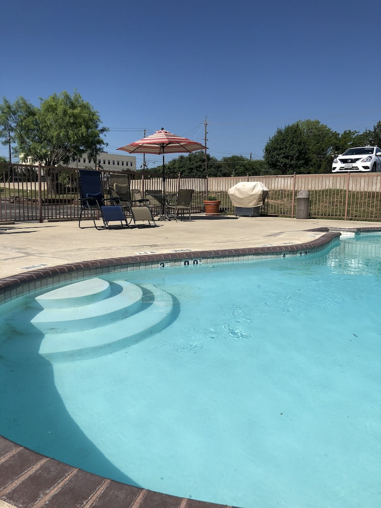 Outdoor Pool, Windcrest Inn and Suites